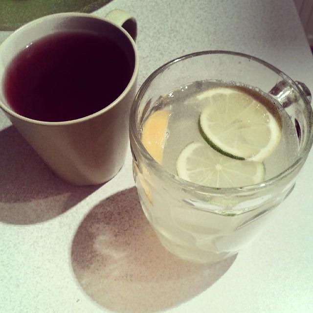 fotka ovconého čaje a vody s limetkou