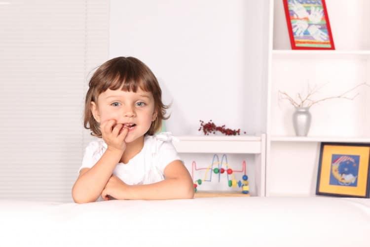zamyšlená holčička ve svém pokoji