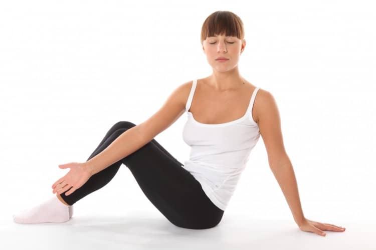 žena cvičící jógovou ásánu ve sportovním oblečení