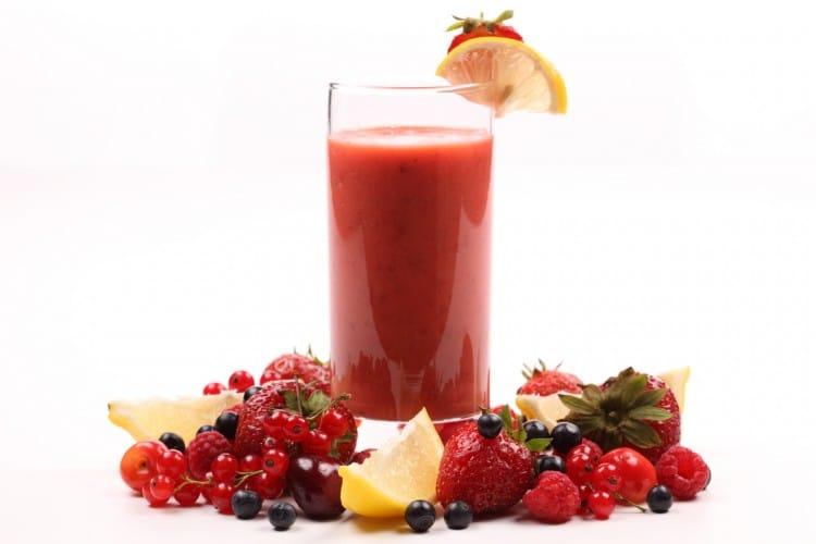 lesní ovoce a sklenice koktejlu z něj