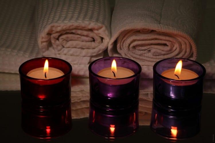 Zapálené svíčky a složené ručníky