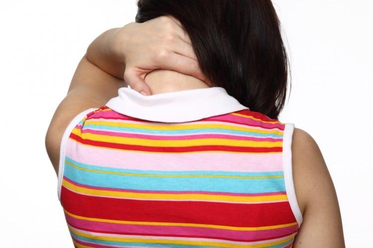 žena v pruhovaném tričku s bolavým krkem