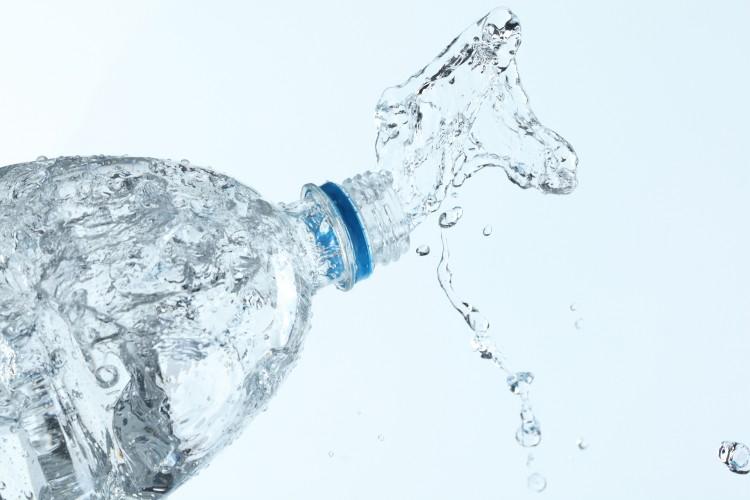 otevřena plastová láhev s vodou