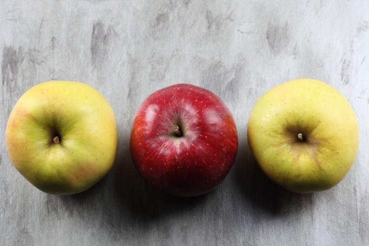 tři čerstvá jablka v řadě