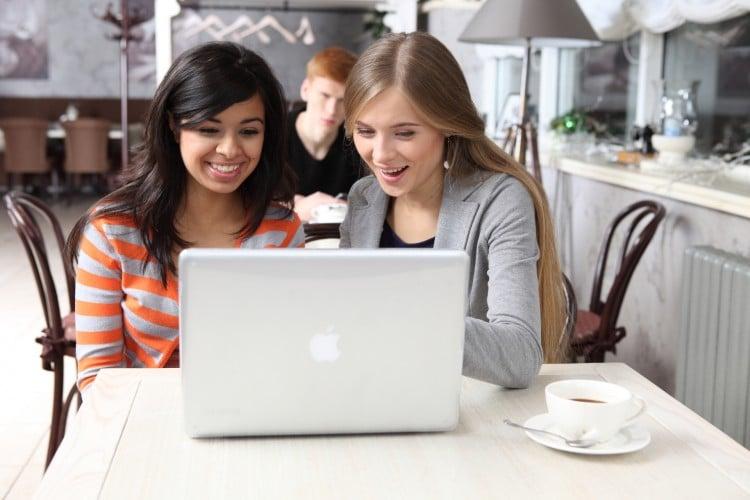 dvě ženy se dívají na obrazovku notebooku