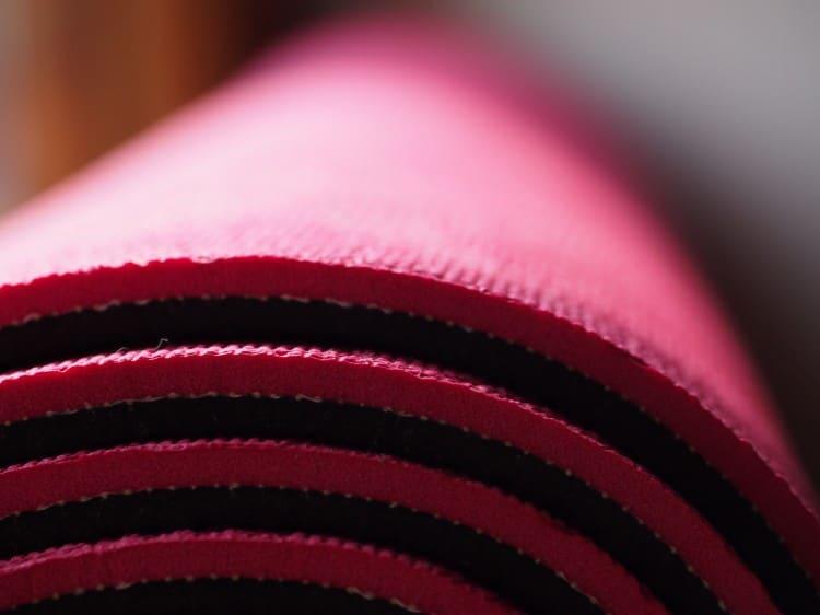 fotka růžovo černé karimatky na jógu