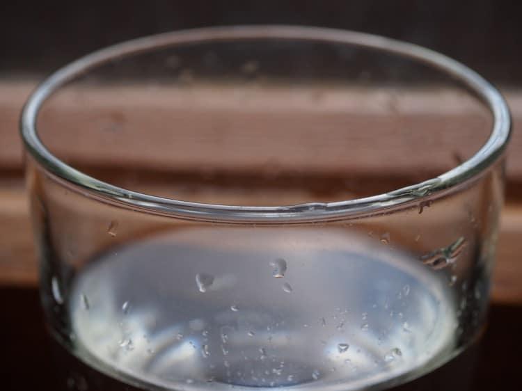 makro sklenice s čistou vodou