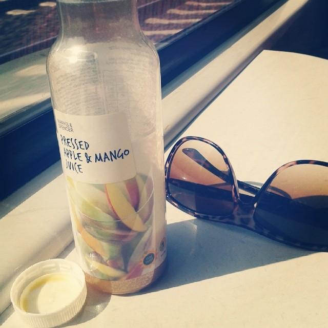 fotka ovocného nápoje a slunečních brýlí