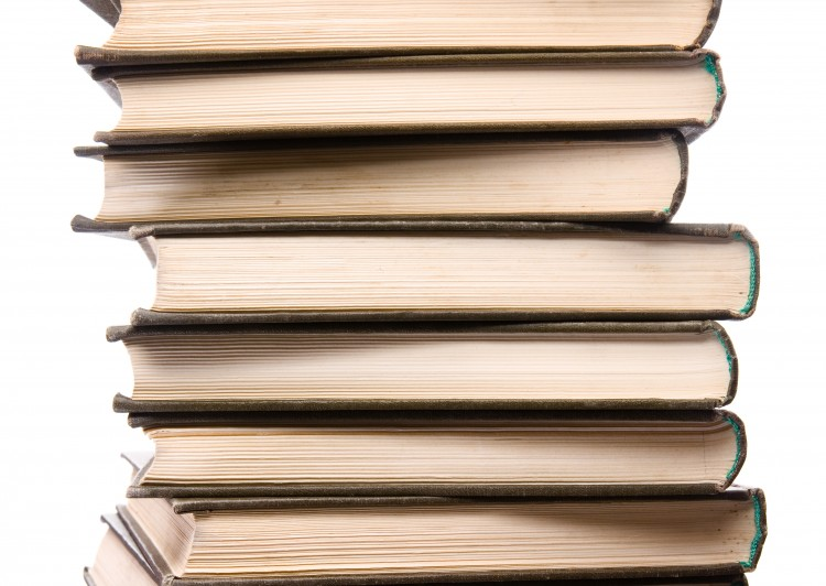 množství knih položených na sobě