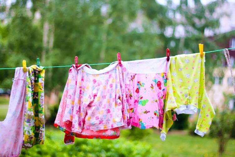 barevné oblečení, sušícící se na šňůře