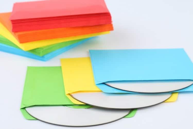 Barevné papírové obaly na tři DVD