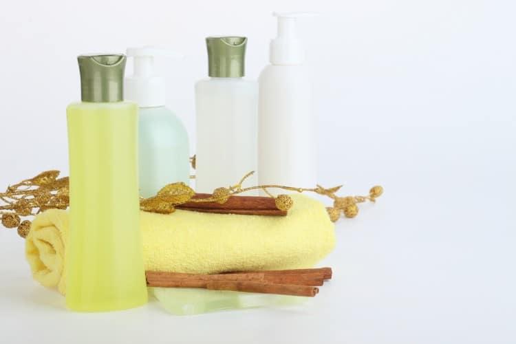 Kosmetické přípravky naaranžované se žlutým ručníkem