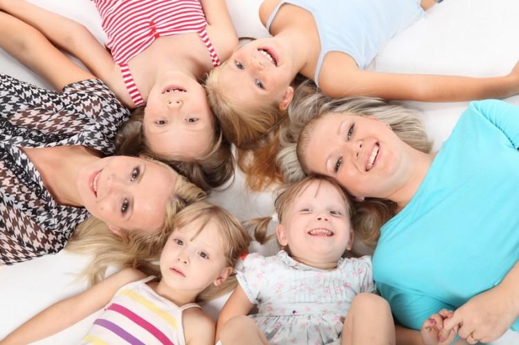 Skupinové foto ženských členů rodiny na bílém pozadí