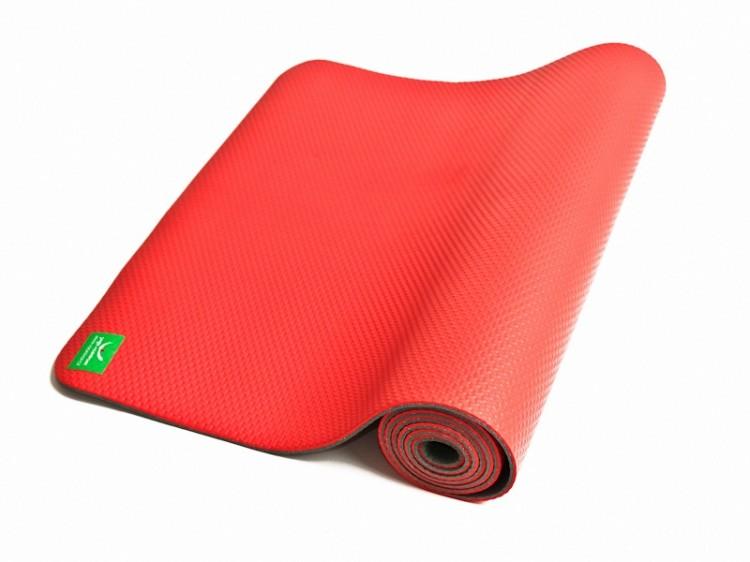Červená ekologická podložka na jógu na bílém pozadí