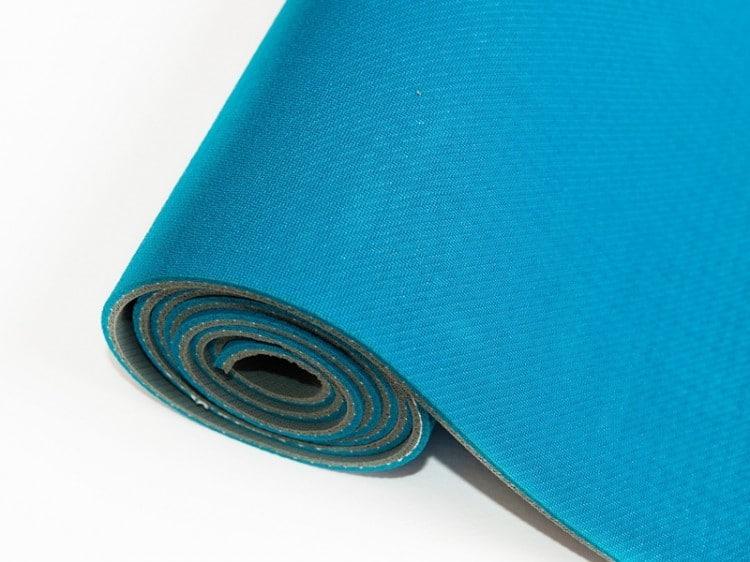 modrá podložka na jógu s protiskluzovou vrstvou
