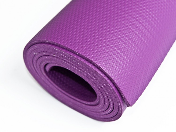 fialová podložka na jógu vyrobená z odolného materiálu
