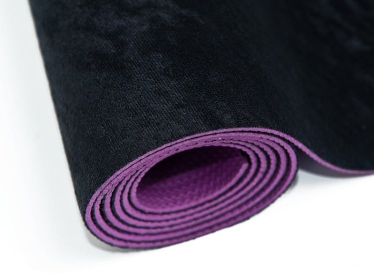 Ekologická černo-fialová podložka na jógu na bílém pozadí