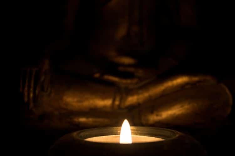 Indický svícen se zapálenou čajovou svíčkou