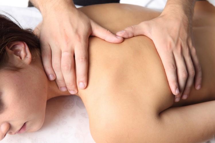 žena na sportovní masáži zad