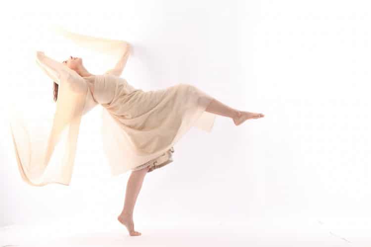 tančící žena ve vzdušných světle růžových šatech