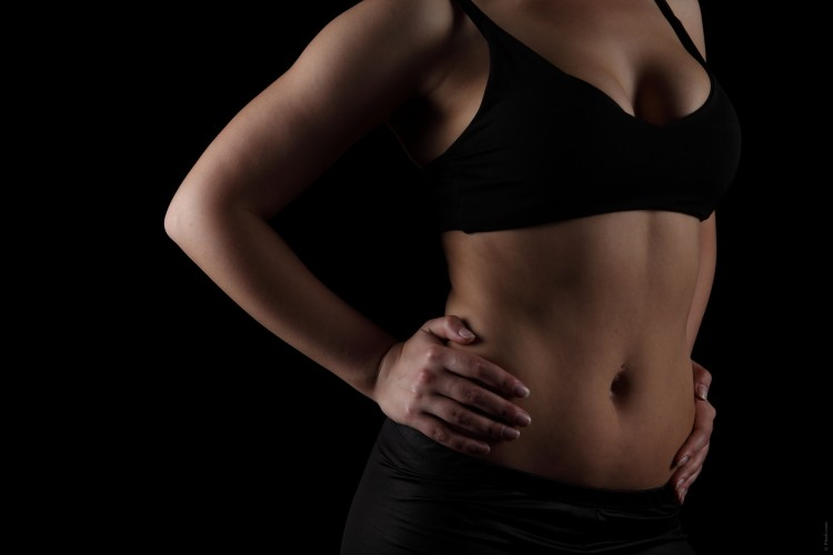 fotka ženy v černé sportovní podprsence
