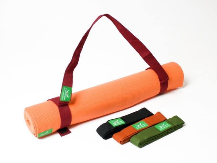 Podložka na jógu svázaná popruhem