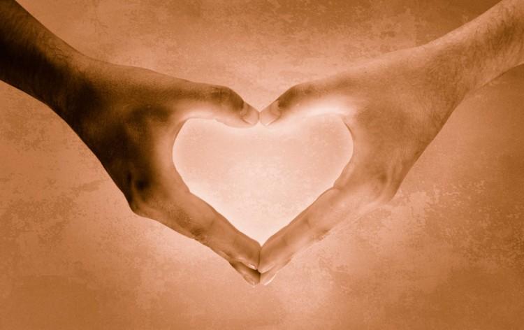 ruce spojené do tvaru srdce