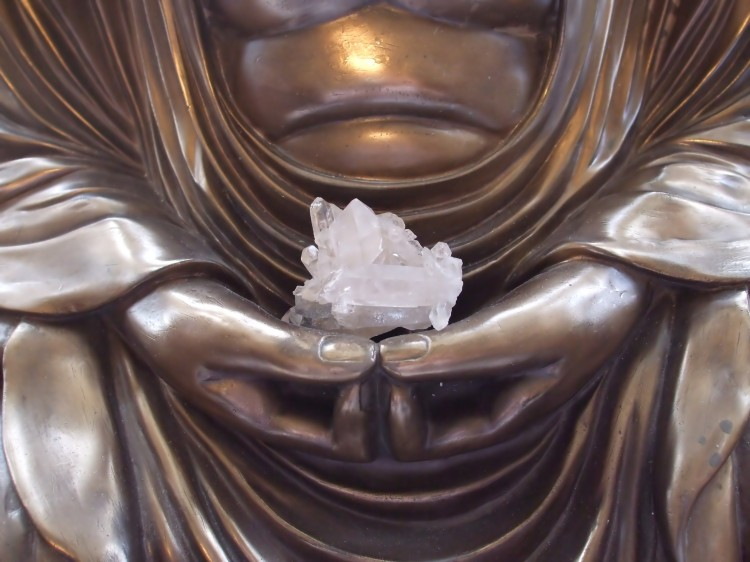 Přiblížená socha Buddhy držícího krystal
