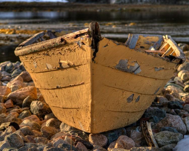 Fotka staré, žluté rybářské loďky