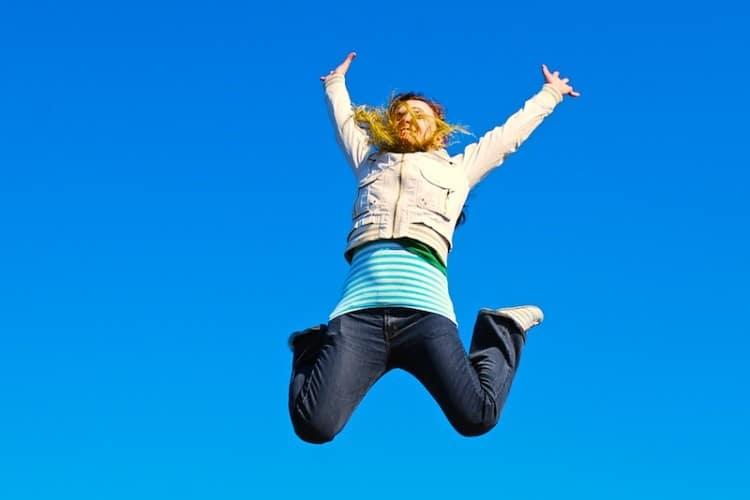 Veselá žena vyskakující do vzduchu