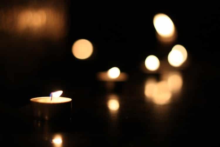 Fotografie zapálených čajových svíček
