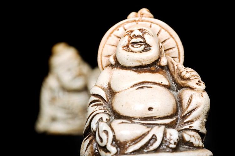 Fotka sošky veselého Buddhy s černým pozadím