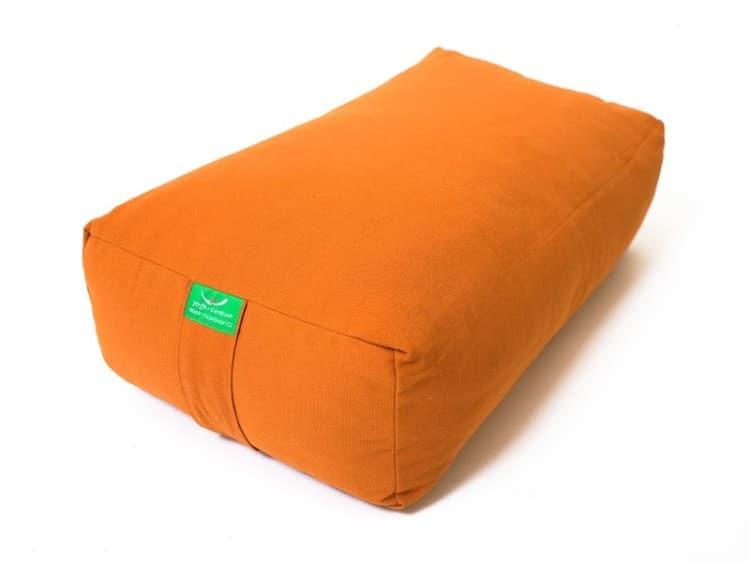 Oranžový bolster na jógu ve tvaru kvádru