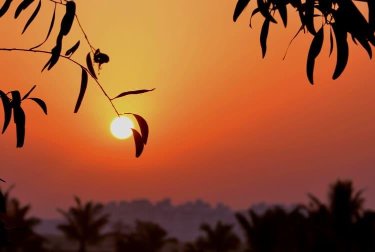 Ranní panorama s vycházejícím sluncem