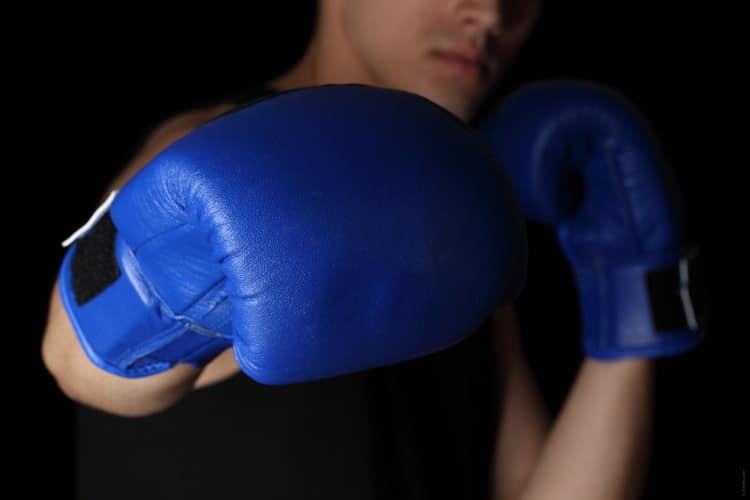 Muž v boxerských rukavicích