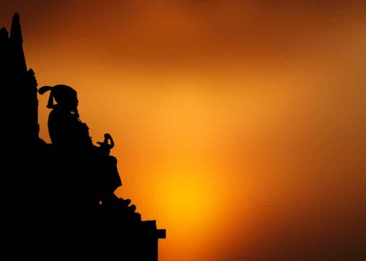 Tibetský mnich se modlí na úpatí chrámu