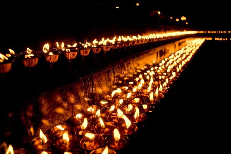 Meditační řada zapálených svíček