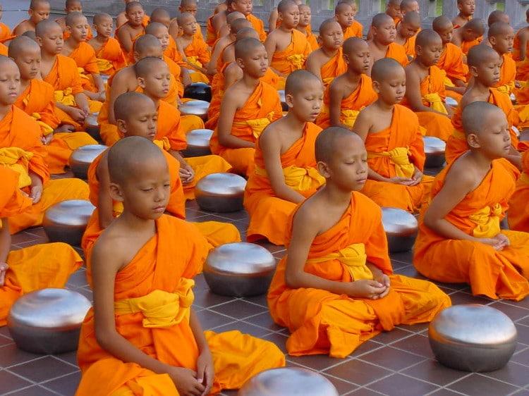 Mladí mniši společně meditují