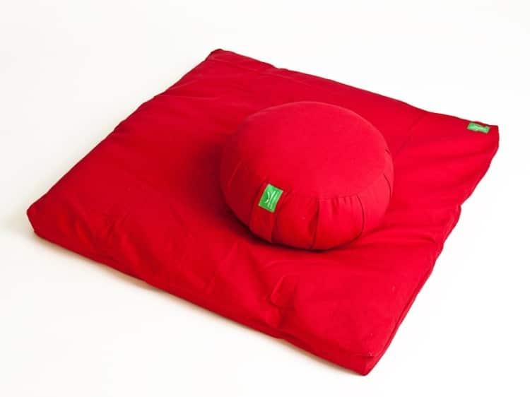 Červená sada na meditaci obsahující polštář a podložku