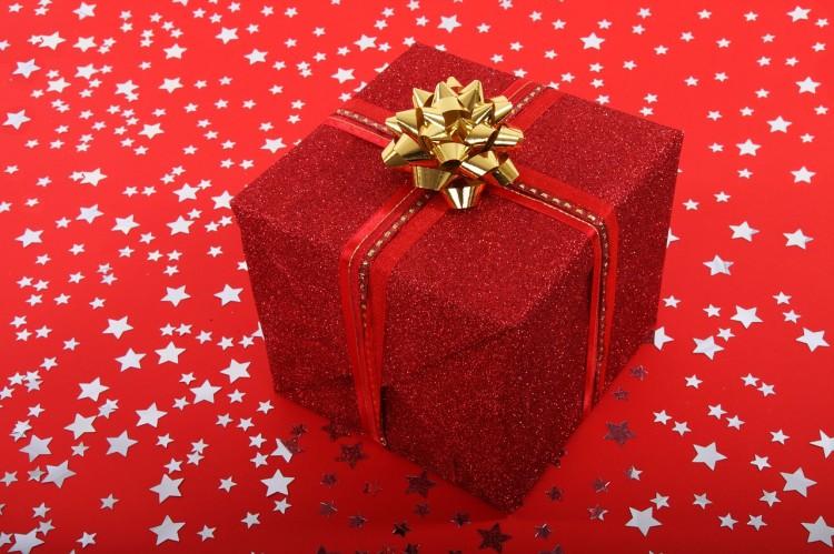 Vánoční dárek zabalený do červeného papíru
