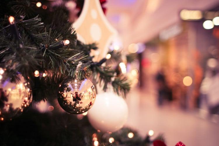 Detailní fotka vánočního stromečku v obchodním centru