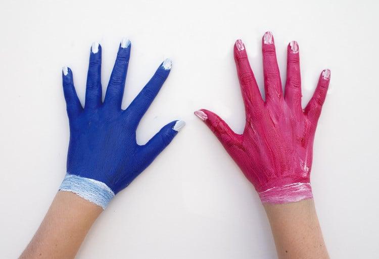 Ženské ruce, na kterých jsou namalované rukavice
