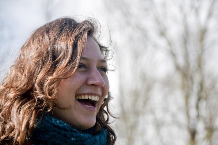 Žena v modré šále se směje