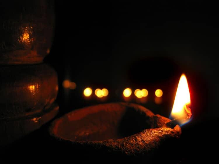 Zapálená vonná tyčinka ve tmě