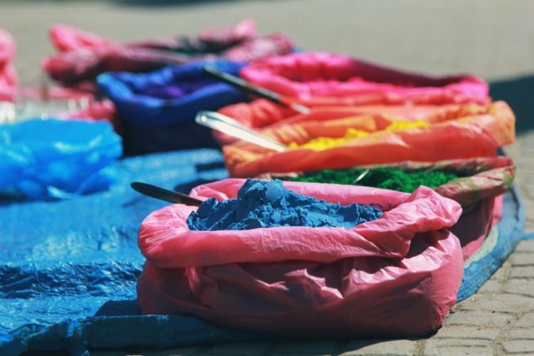Pytle s pestrobarevnými barvami