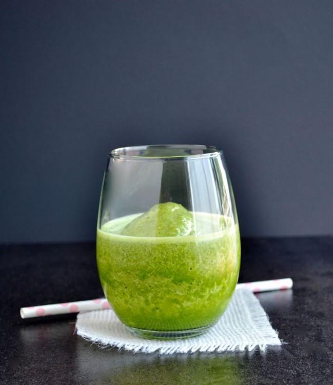 Zelené smoothie podávané ve skleničce