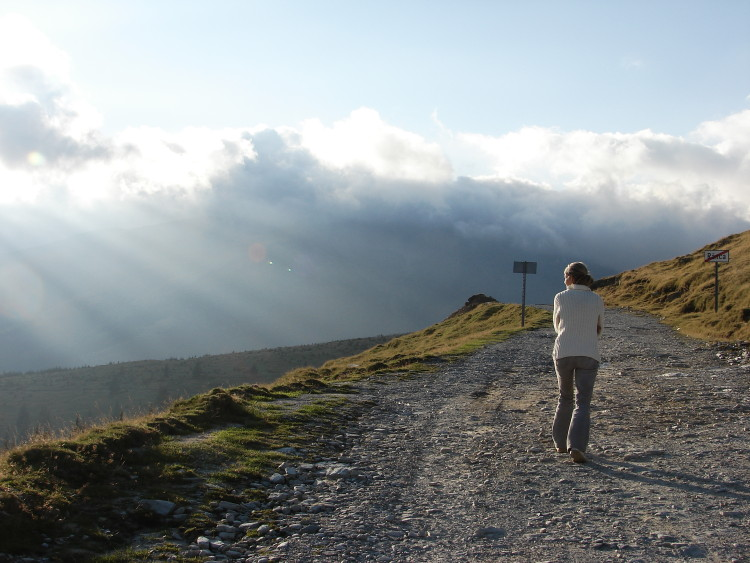 Žena se prochází na horách