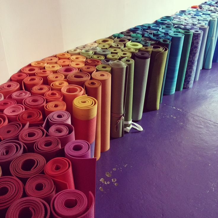 Pestrobarevná škála podložek na jógu