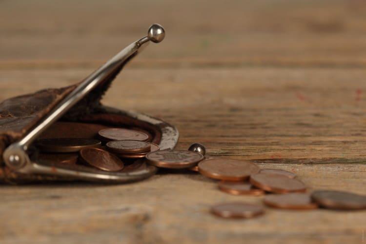 Starožitná peněženka na drobné s vysypanými mincemi