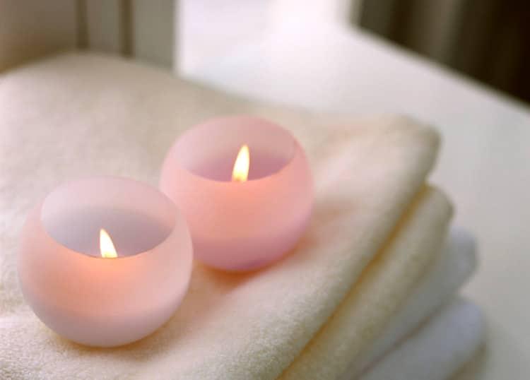 Svíčky položené na bílém ručníku